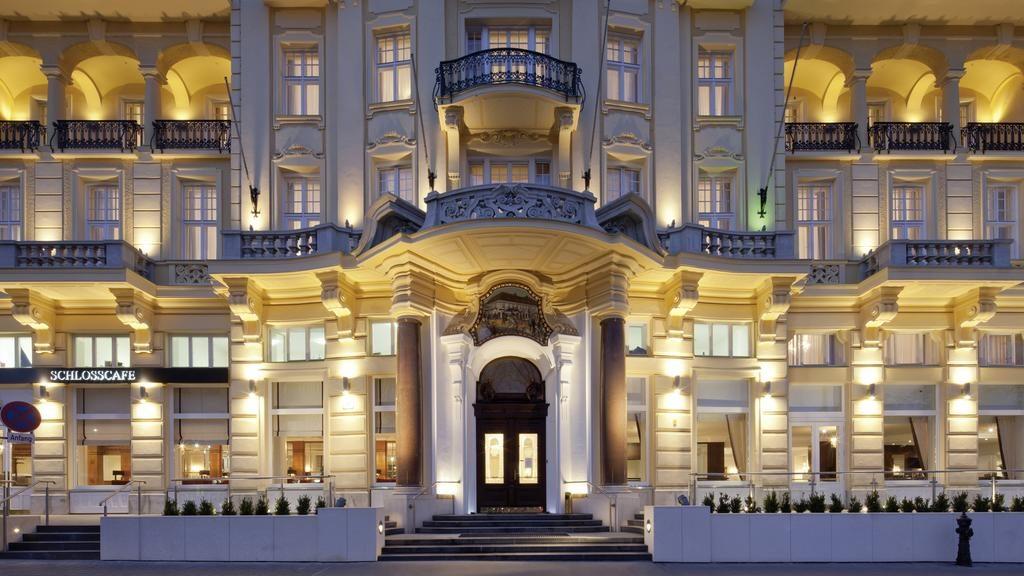 Vista da imponente fachada do Austria Trend Parkhotel Schönbrunn Wien.