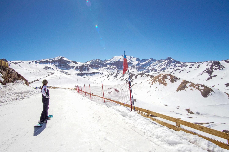Pista de esqui coberta de neve no Valle Nevado. Foto do site oficial.