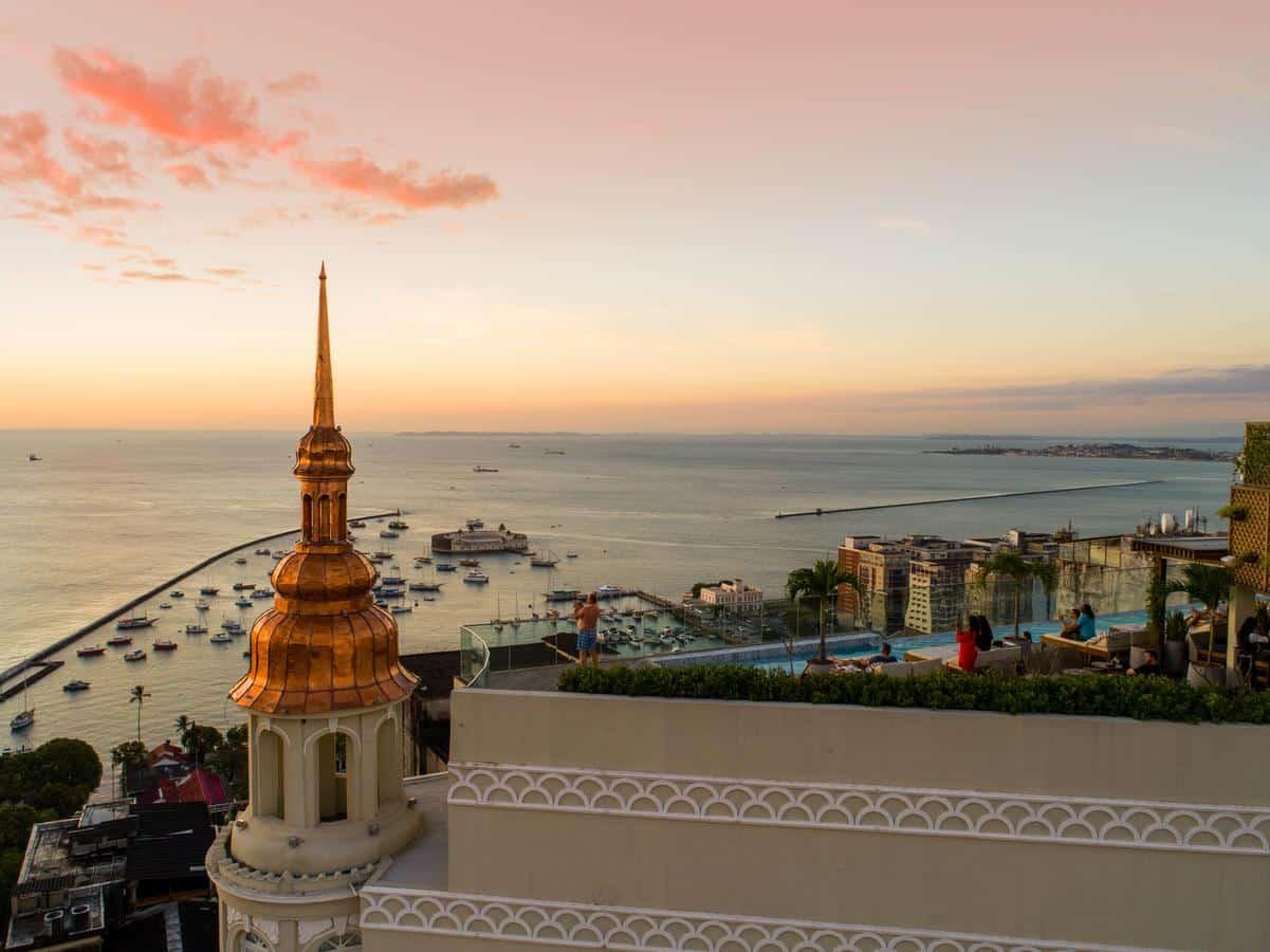 Vista de paisagem direta para o mar no terraço do Fera Palace Hotel, em Salvador.
