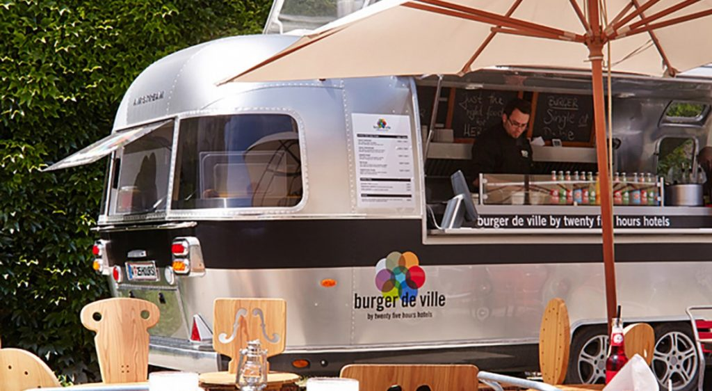 Vista do food truck Burger de Ville, que funciona no 25Hours Hotel esporadicamente.