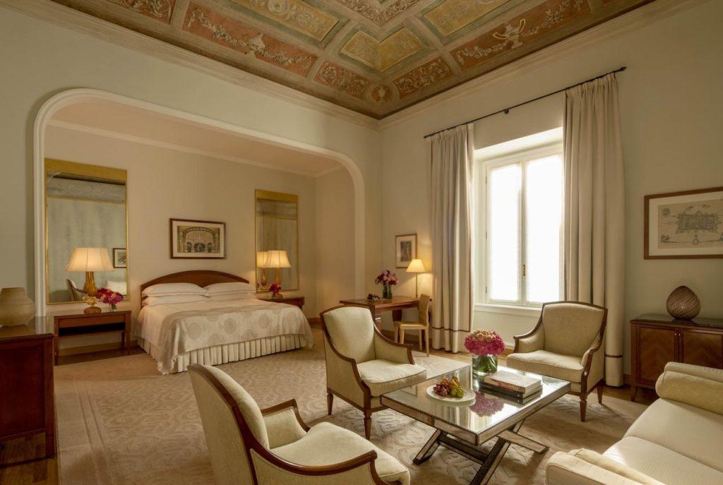 Um dos luxuosos quartos no Four Seasons Hotel Milano