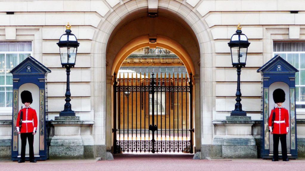 Londres pontos turísticos um dos mais imperdíveis é ver os típicos guardas do Palácio de Buckingham. Foto de skeeze via Pixabay.
