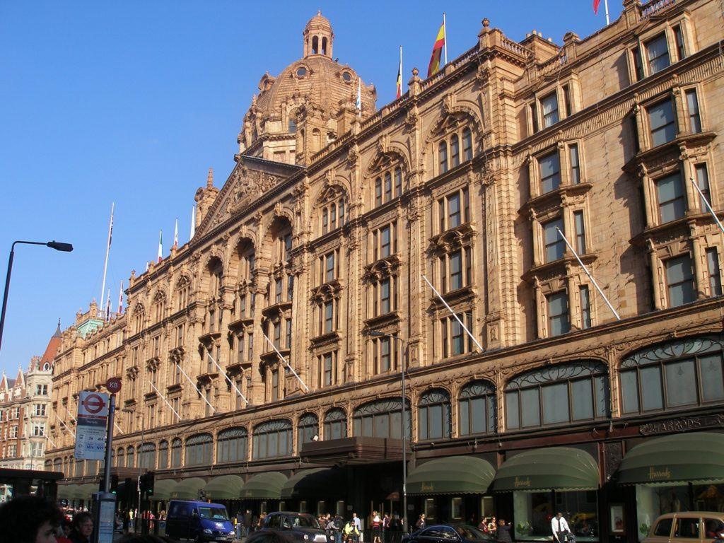 Arquitetura deslumbrante na fachada da Harrods, um dos pontos turísticos de Londres. Foto de skeeze via Pixabay