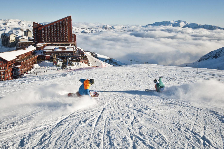 Valle Nevado Ski Resort com hotéis ao fundo e pessoas esquiando. Foto do site oficial Valle Nevado.