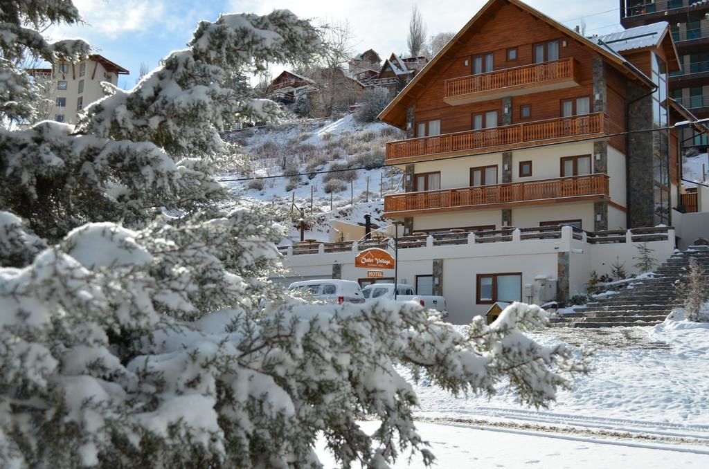 O Hotel Chalet Valluga, em meio à neve em Farellones. Foto do booking.com