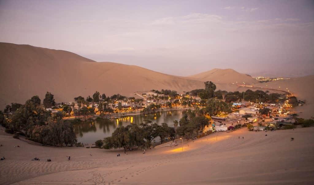 Vista de um oásis no meio de um grande deserno de areia, localizado nos arredores de Lima, no Peru.