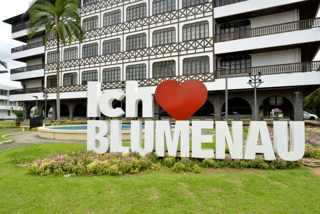 """Placa """"Ich ♥ Blumenau"""" (eu amo Blumenau, traduzido do alemão), em frente à prefeitura da cidade. Foto de MTur Destinos via Flickr."""