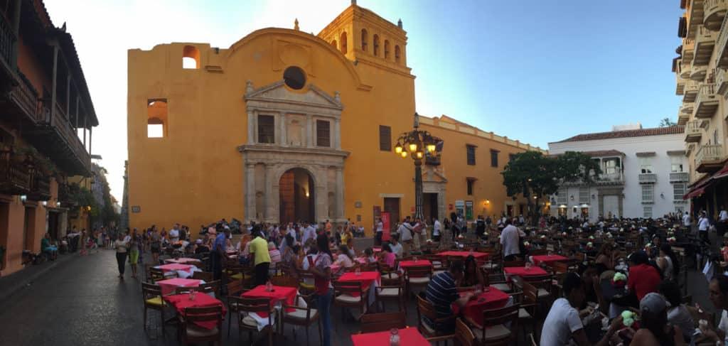 A Igreja de Santo Domingo é a mais antiga de Cartagena, um dos principais pontos turísticos com suas cores vivas e muito animação.