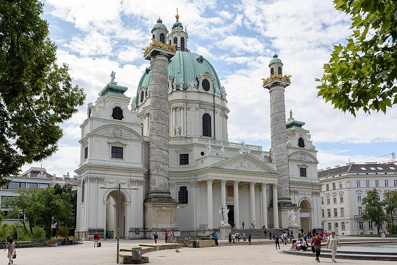 Karlskirche - o que fazer em Viena. Igreja austriaca e pessoas em frente