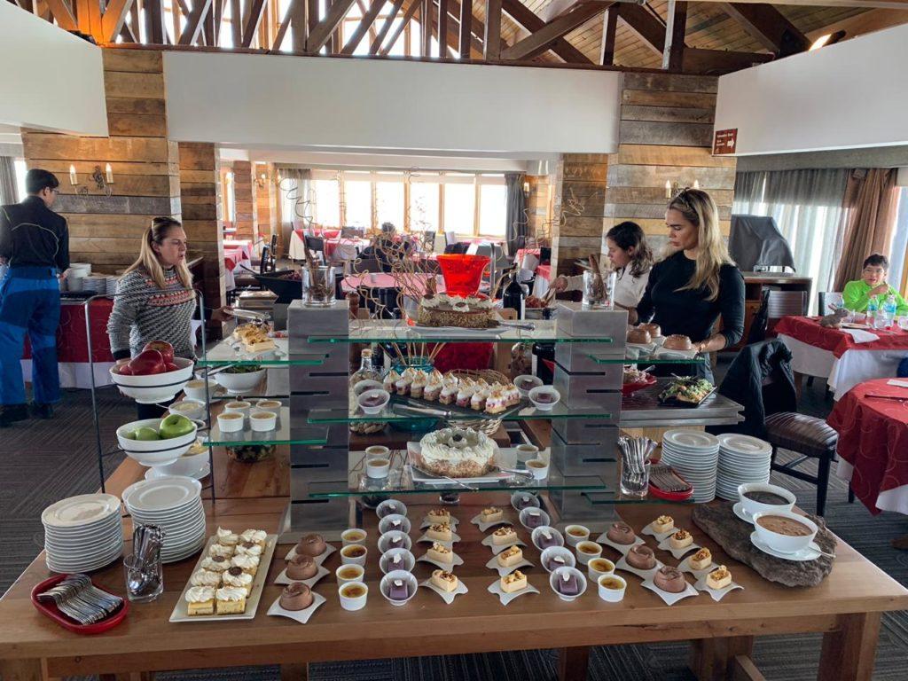 Mesa com opções de sobremesa durante almoço no restaurante La Fourchette, uma das opções de onde comer no Valle Nevado.