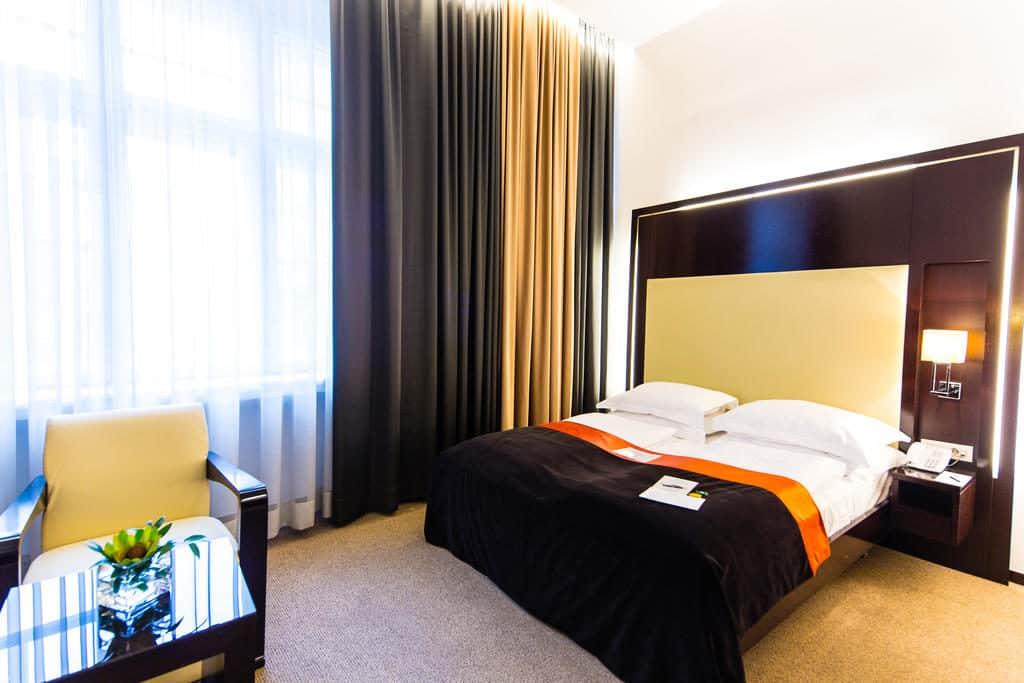 Foto do quarto do hotel Levante Parliamente, em Viena.