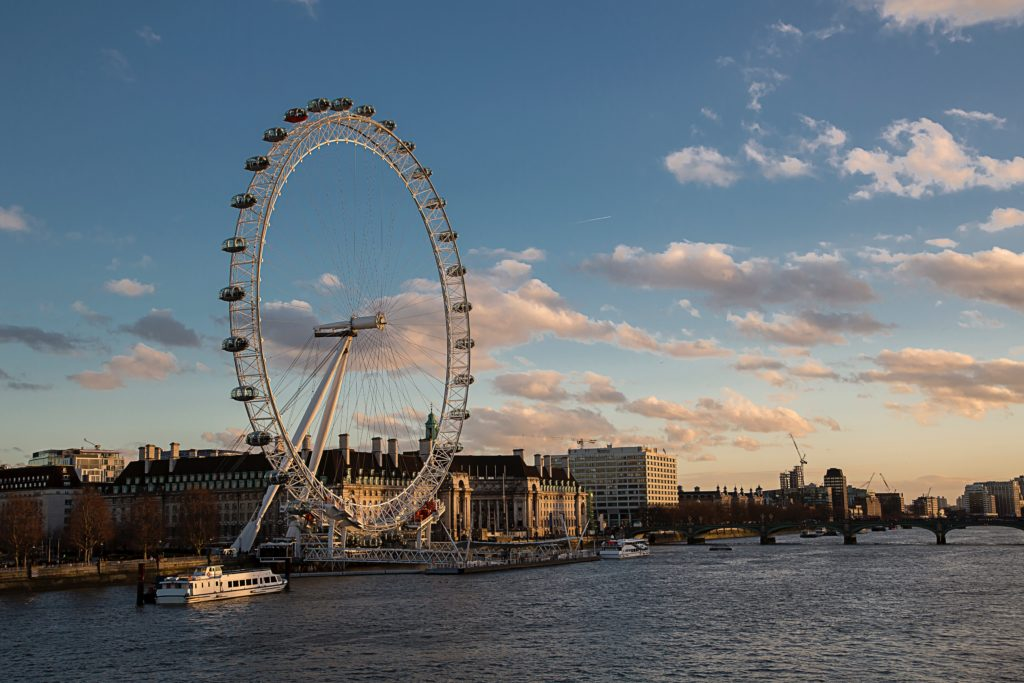 Foto da famosa roda gigante de Londres, a London Eye. Por David Henderson via Unsplash.