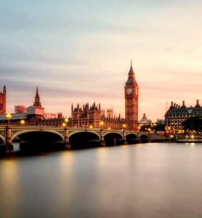 Big Ben ao fundo de paisagem no rio Tâmisa em Londres Pontos Turísticos. Foto de David Mark por Pixabay