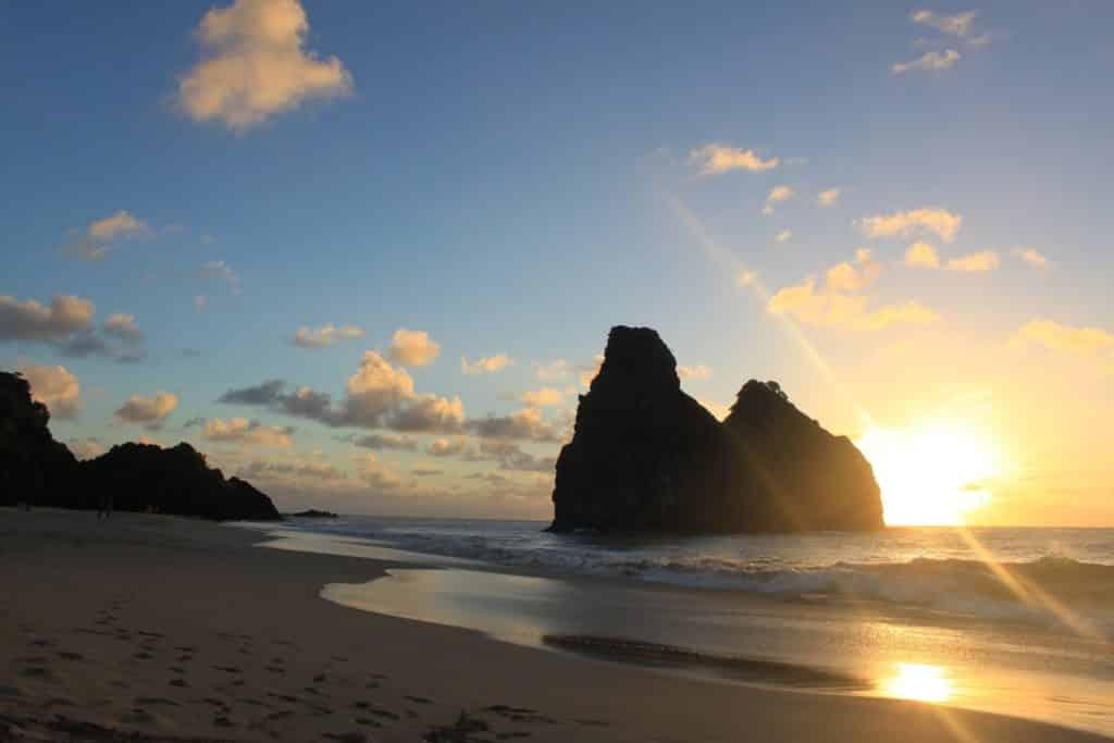 Por do sol na praia na Lua de Mel Fernando em Noronha