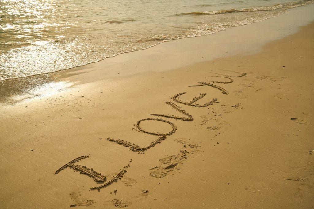 Escrito i love you na praia, surpresa que você pode fazer na sua lua de mel em fernando de noronha