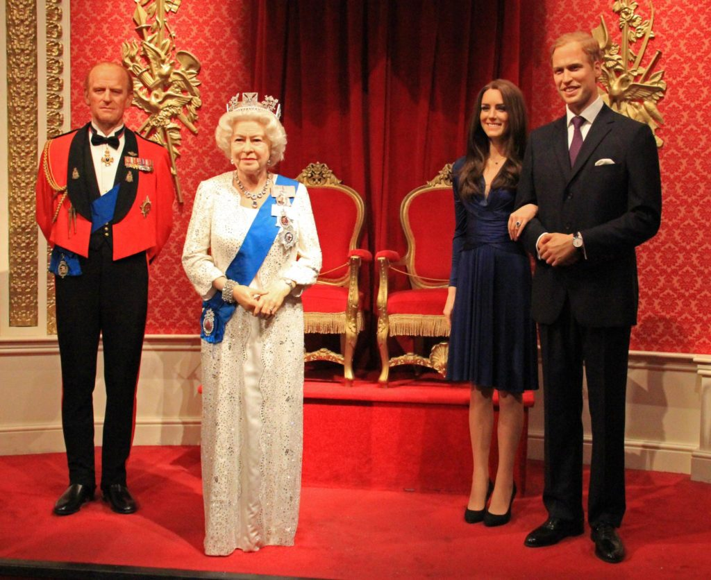 Estátuas de cera da Rainha Elizabeth II, Príncipe Charles, Príncipe William e Princesa Kate Middleton, no Museu Madame Tussauds de Londres. Foto de Karen Roe via Flickr.