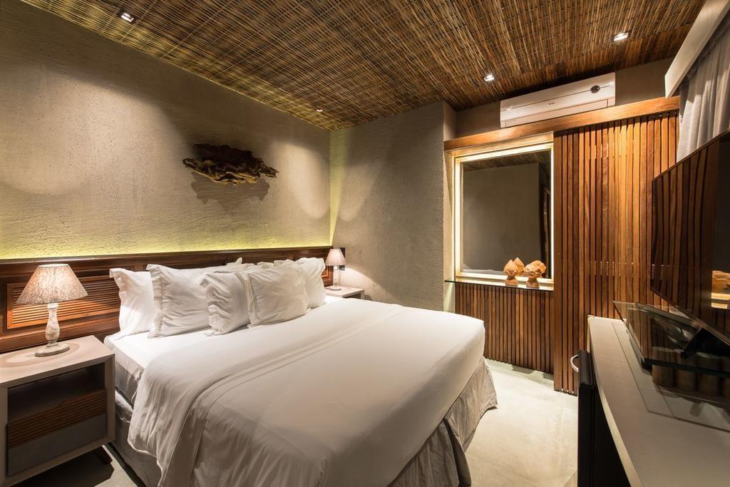 Quarto da Pousada Maria Bonita, com cama de casal ampla, ar-condicionado e TV