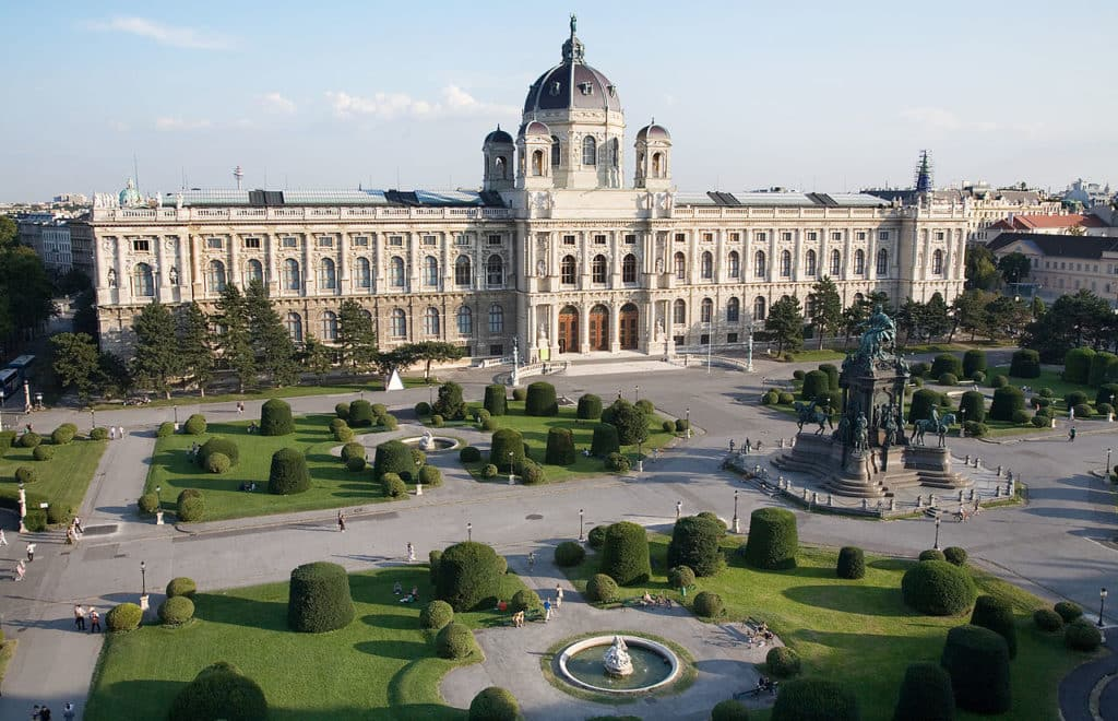 Vista da praça Maria-Theresian Platz um dos viena pontos turisticos, com estátua da imperatriz Maria Theresa no centro e jardins nos arredores.