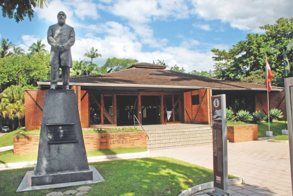 Vista do prédio do Mausoléu Dr. Blumenau, e da estátua do Dr. Blumenau, fundador da cidade. Foto de Turismo Blumenau