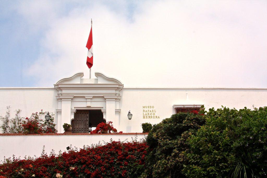 Uma das boas escolhas para o que fazer em Lima é visitar o Museo Larco Herrera, cuja entrada vemos na foto.