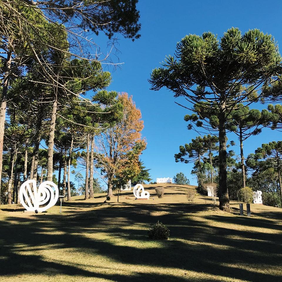Museu Felícia Leirner uma das coisas o que fazer em Campos do Jordão - na foto ve-se morro com esculturas brancas