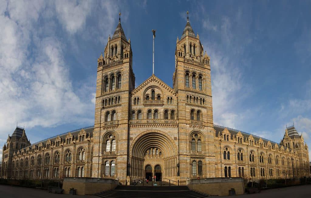 Vista panorâmica da fachada do prédio do Museu de História Natural de Londres. Foto de David Iliff via Wikimedia.