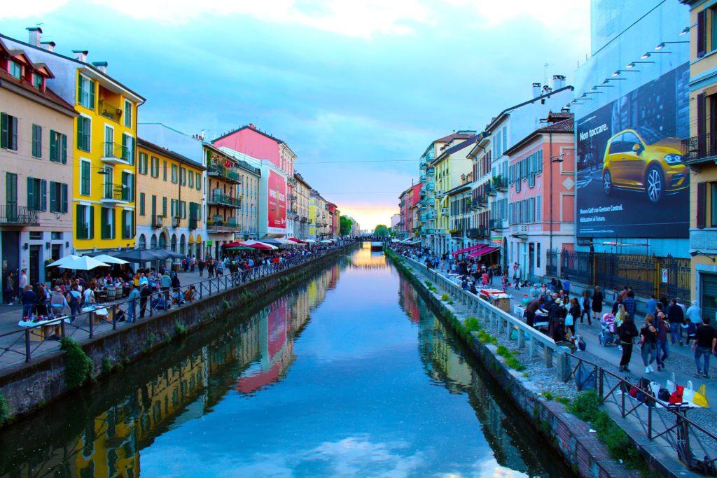 O que fazer em Milão - na foto ve-se os canais do bairro de Navigli, com casas e lojas coloridas