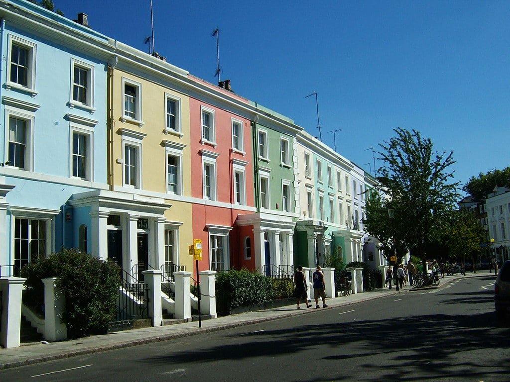 Londres pontos turísticos - vista do charmoso bairro Notting Hill, com casinhas coloridas. Foto de S Pakhrin via Flickr.