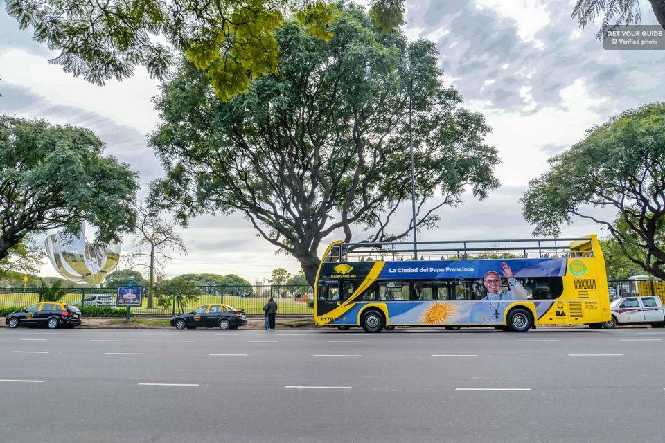 O ônibus de turismo em Buenos Aires - com a foto do Papa Francisco - nascido em Buenos Aires