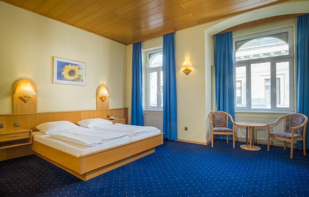 Foto do quarto de casal do Hotel-Pension Wild, opção econômica onde ficar em Viena.