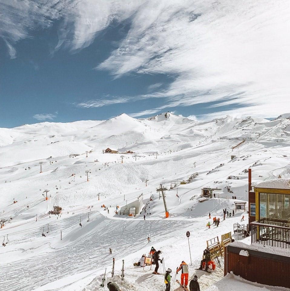 Vista das montanhas geladas com as pistas de esqui na Cordilheira dos Andes. Foto de Bruno Tavares