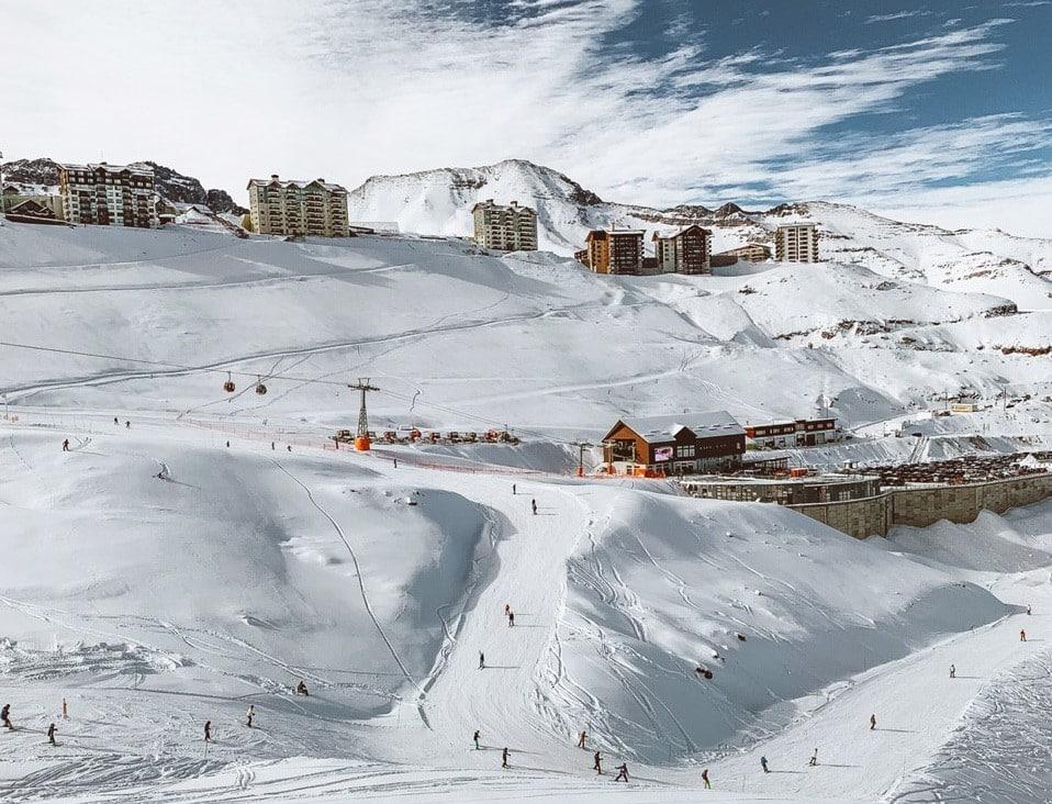 Vista das pistas de esqui e dos apartamentos para alugar no Valle Nevado Ski Resort. Foto de Bruno Tavares