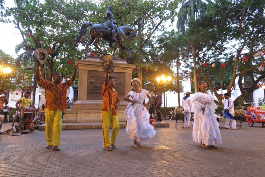 A Plaza Bolivar ou Plaza de la Inquisición em Cartagena com as sua dança e roupa típica da cidade