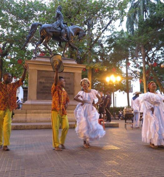 praça com dançarinos em Cartagena Colômbia