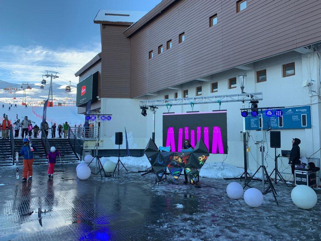 Pessoas em área da Plaza de la Góndola, no Valle Nevado, onde acontece algumas das atrações do resort, com música, DJ, comidas e bebidas. Foto de Bruno Tavares.