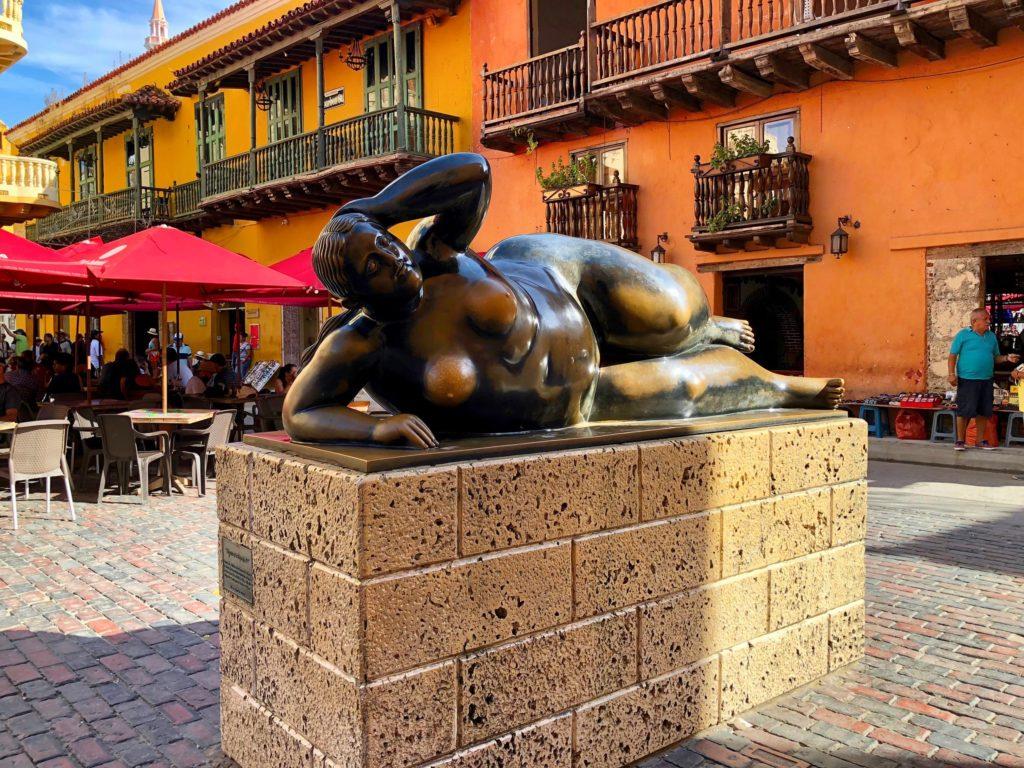 """A """"Gorda Gertrudis"""", a famosa escultura de Fernando Botero na Praça Santo Domingo em Cartagena"""