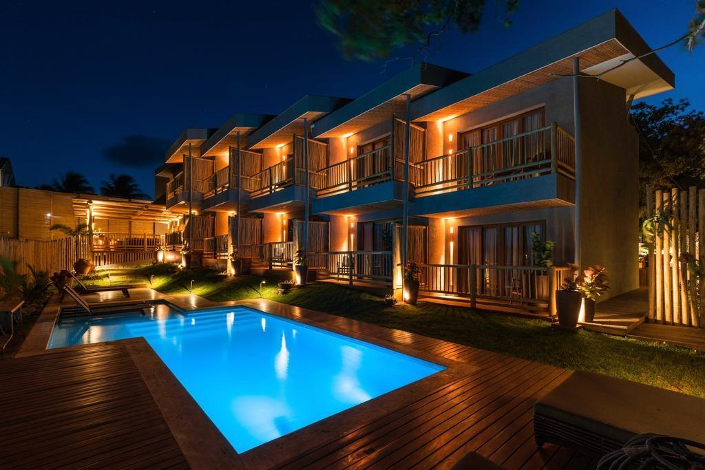 Sacadas da Pousada Maria Bonita e piscina iluminada à noite