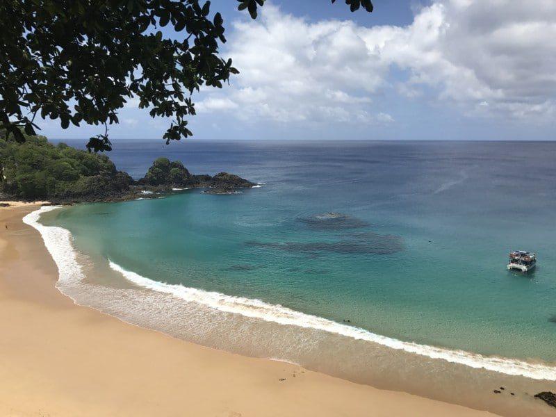 Vista da Praia do Sancho em Fernando de Noronha, uma dica do que fazer durante a sua lua de mel.