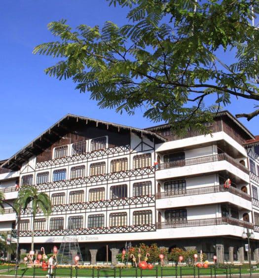 Imagem do prédio da Prefeitura Municipal de Blumenau, em Santa Catarina (SC). Construção de estilo enxaimel.