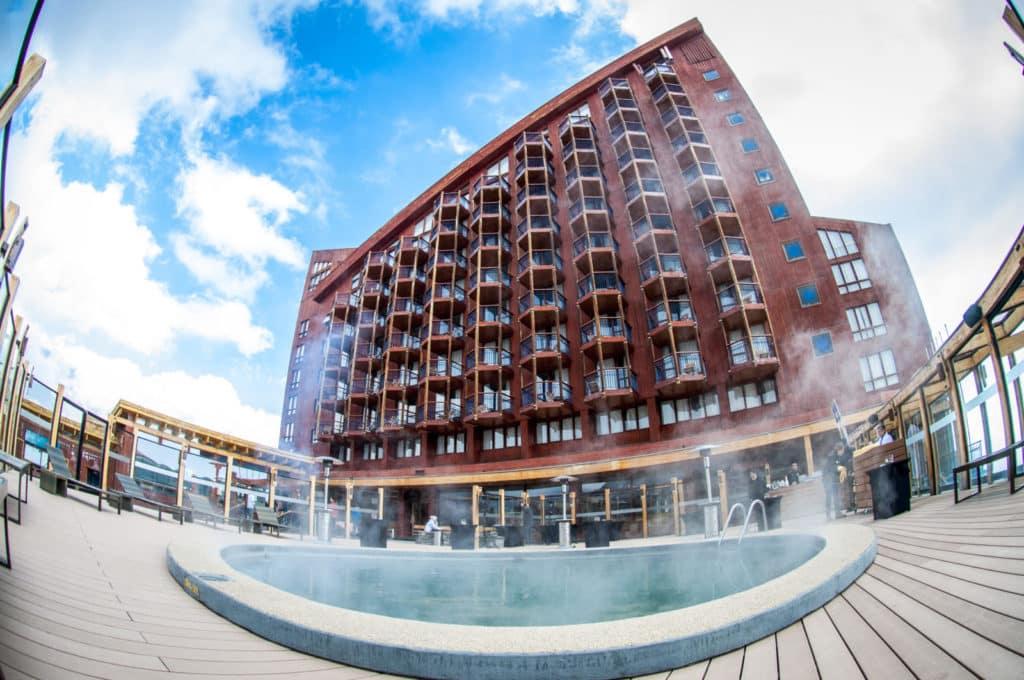 Imagem em lente fish eye do Hotel Puerta del Sol, no Valle Nevado. Na frente, a piscina térmica do resort. Foto do site oficial Valle Nevado.