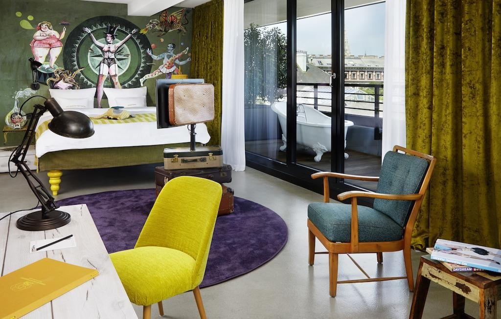 Vista de um dos quartos do 25Hours, com decoração predominantemente verde.
