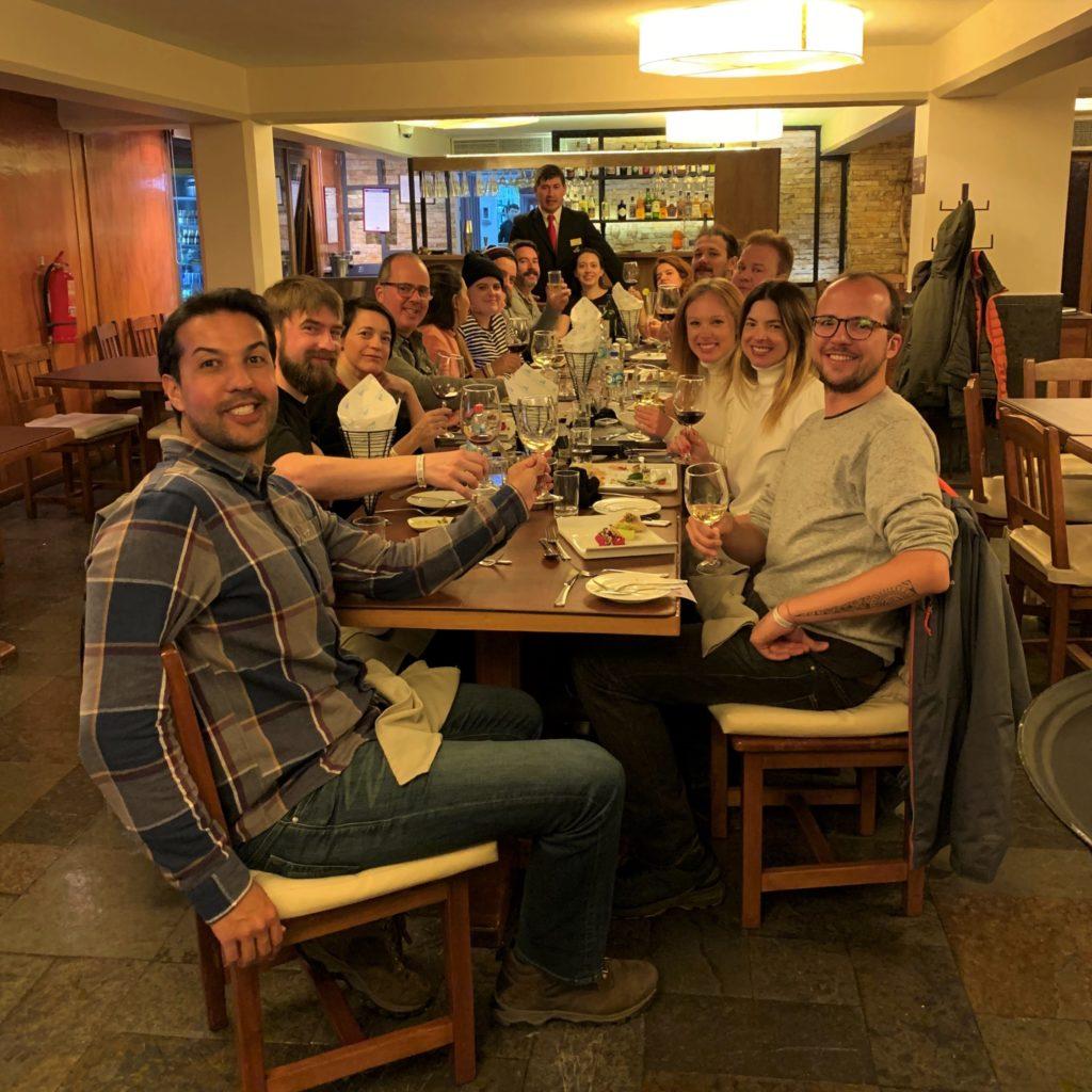 Pessoas da press trip da agência B4T no Valle Nevado, jantando. Foto: Bruno Tavares