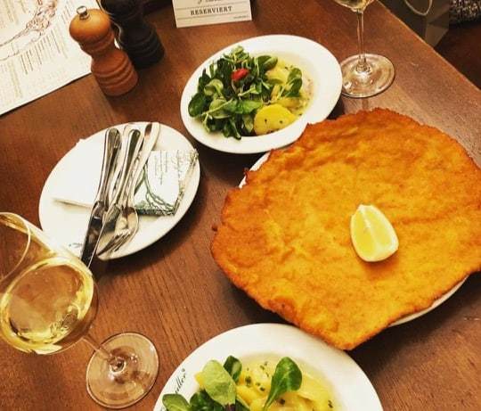 O famoso schnitzel do restaurante Figlmüller, um dos pratos tradicionais de Viena.