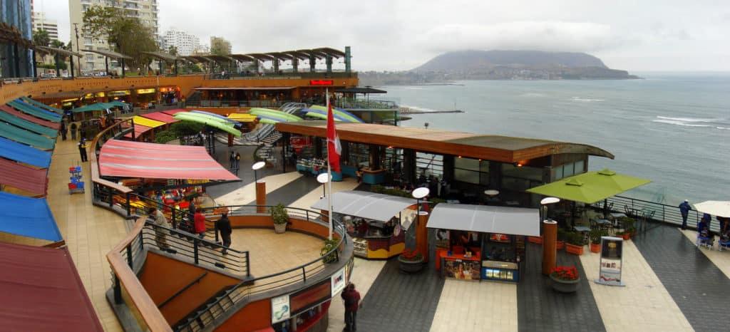 Vista de o que fazer em Lima no shopping Larcomar, em área aberta com terraço e vista para o Oceano Pacífico.