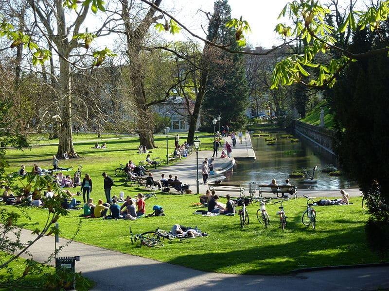 O Stadtpark em Viena, cortado por rio com patos e cisnes.