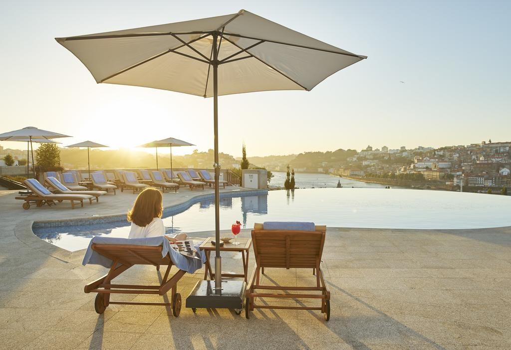 A piscina com vista para a cidade do Porto do Hotel  The Yeatman.