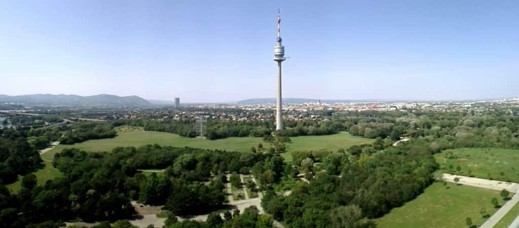 A Torre do Danúbio no Donaupark - vista de cima do parque arborizado com uma torre - o que fazer em Viena