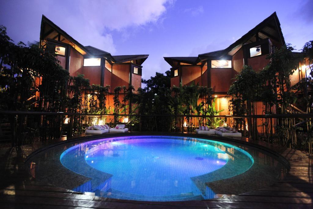 Foto da piscina da Pousada Triboju com prédios ao fundo