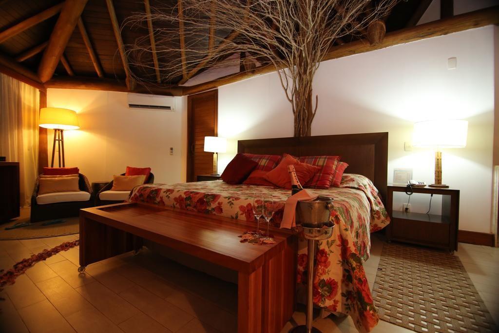 Cama ampla em quarto aconchegante da Pousada Triboju