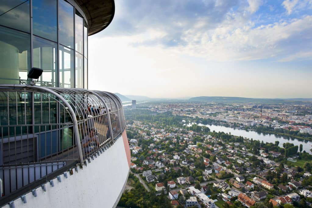 Vista aérea de parte do Turm Restaurant, restaurante giratório que proporciona uma vista 360º de Viena.